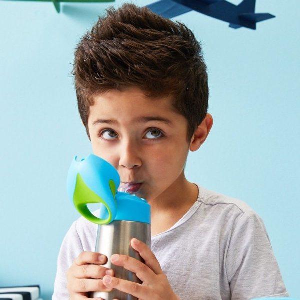 Innowacyjna termobutelka ze słomką marki b.box. Dzięki podwójnym ściankom ze stali nierdzewnej utrzymuje temperaturę do 5 godzin dzięki czemu dziecko może pić w każdą pogodę. W komplecie uchwyt do przenoszenia butelki. Specjalnie zaprojektowana góra pozwala dzieciom samodzielnie otwierać butelkę.