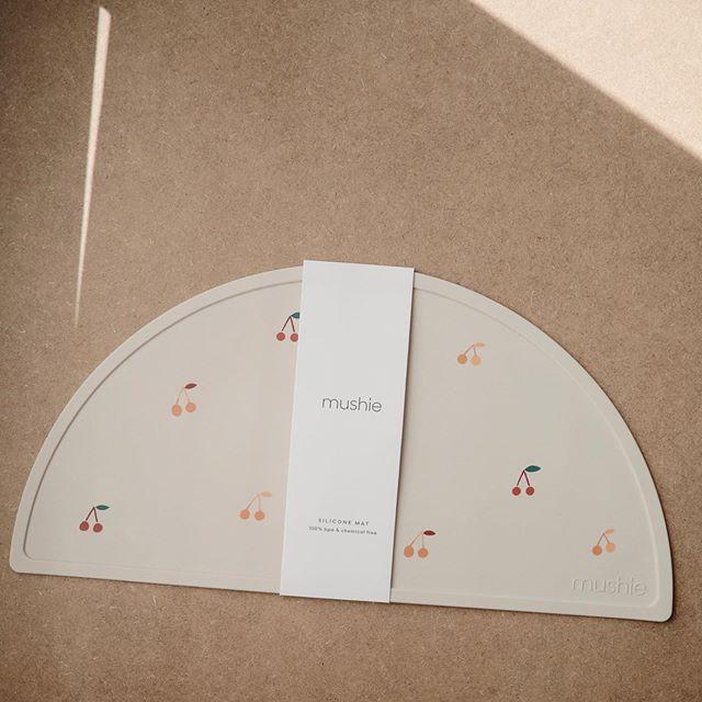 Mushie - Podkładka silikonowa na stół Cherries