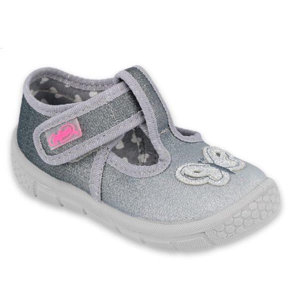 BEFADO kapcie balerinki dziecięce roz. 20-25 HONEY 533P006 Baleriny Befado sprawdzą się jako buciki na spacery ale również jako obuwie zmiene do żłobka i przedszkola. Ich wyższa cholewka z łatwością zmieści wkładkę profilaktyczną a jesli nie ma takiej potrzeby to specjalna wyściółka b-soft zapewni komfort małym, dziecięcym stópkom. Zapięcie na pasek z rzepem wokół kostki. Buciki będą pasować nawet na stopy z wysokim podbiciem. Ozdobny motylek spodoba się małym dziewczynkom. Piękny szary kolor bedzie pasować do przedszkolnych outfitów :)