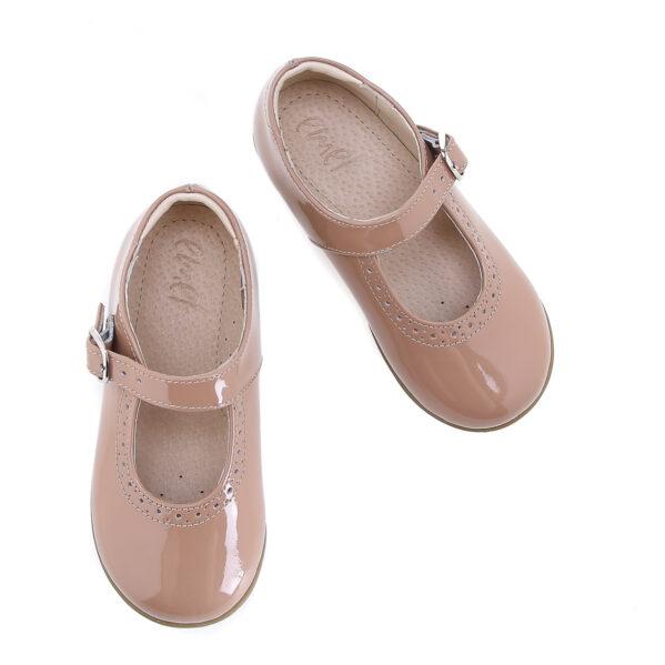 Najpiekniejsze dziewczęce baleriny jakie mamy w ofercie. Ten model balerinki dziecięcej to propozycja dla rodziców, którzy szukają dla swoich dzieci butów pięknych, zaprojektowanych przez specjalistów i wykonanych z najwyższą starannością. W tych butach jakość łączy się z dobrym stylem. Buty uszyto w manufakturze Emel ze skóry lakierowanej w przepięknym karmelowym kolorze. Skóra lakierowana jest niezwykle odporna na zarysowania, nie traci koloru i jest niezwykle elegancka.Zapięcie na klamerkę ułatwia regulację i prawidłowe dopasowanie bucików do stóp. Jak wszystkie buty Emel tak i te wykonane są ze skóry naturalnej, która nie powoduje otarć. Efektowne przeszycia dodają niezwykłego uroku. Balerinki sprawdzą się zarówno na codzień jak i na większe wyjścia.