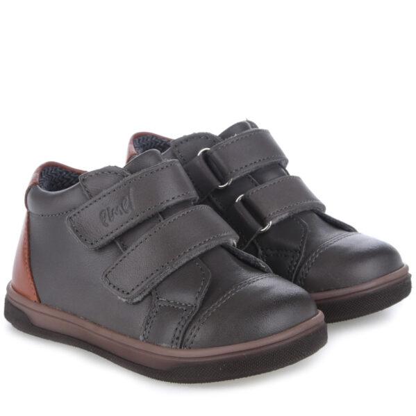 EMEL buty dziecięce ocieplane z membraną WATERPROOF EX 2675-36 Wyjątkowe, zwracające uwagę, ręcznie robione trampki- z pewnością można tak o nich powiedzieć. Idealnie pasują na codzienne spacery i dlugie wycieczki. Zapięcie na mocne rzepy ułatwi regulację i prawidłowe dopasowanie bucików do stóp dziecka. Wnętrze buta obszyte jest polarowym kocem (ocieplina), który zapewnia termoizolację i sprawia że bucik może być noszony w temperaturach od -5 do +15 stopni. Ocieplina została wzbogacona o membranęWATERPROOF, która jestwodoszczelna,wiatroszczelnaoraz charakteryzuje sięwysoką oddychalnością. Te buciki sąodpornena wpływ czynników zewnętrznych orazzapewniają doskonałewarunki wewnątrz – nie ma potrzeby ubierania do nich grubych skarpetek. Stopy w nichnie zmarzną i nie przemokną.
