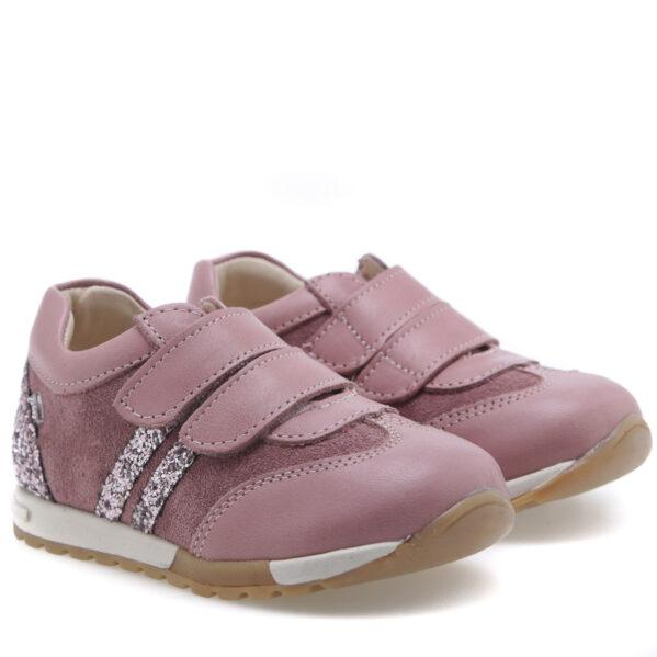 Ręcznie robione buty dla dzieci, które kochają ruch. Jak wszystkie buciki firmy Emel, również i te wykonane są ze skóry naturalnej, która zapewnia dobrą wentylację oraz nie powoduje otarć na stópce dziecka. Sneakersy są zapinane na mocny rzep, co daje możliwość regulacji, a zakładanie jest dziecinnie proste. Elastyczna podeszwa nie ogranicza ruchów stopy, a jej antypoślizgowa powłoka pozwala na bezpieczne zmiany kierunku. W nich można biegać bez końca!