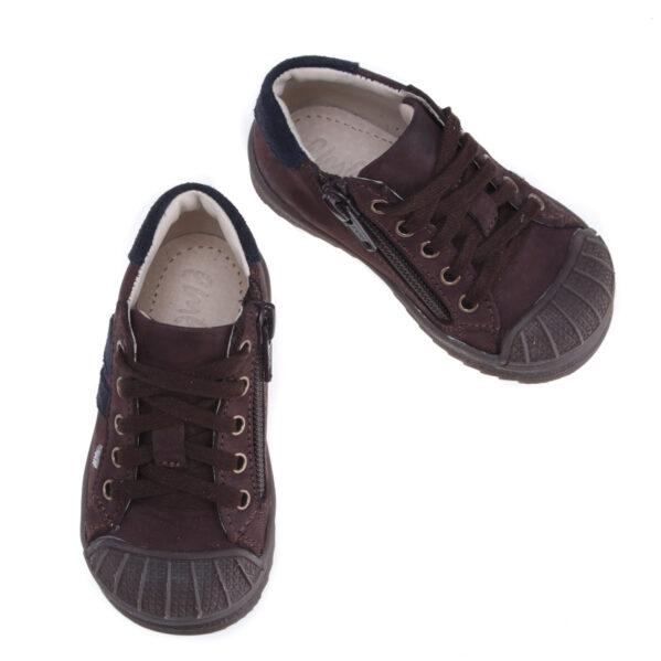 Dziecięce sneakersy z zabezpieczonymi przed scieraniem czubkami - tych nosków wasze dziecko nie zedrze nawet przy jeździe na rowerze biegowym czy hulajnodze. Dzięki sznurowadłom dopasujecie buciki do każdej nawet tej grubszej stópki, a zapięcie na zamek błyskawiczny (znajdujący się po wewnetrznej stronie buta) ułatwi i przyśpieszy samodzielne zakładanie butów w żłobku i przedszkolu. Sneakersy uszyto ze skóry naturalnej w pięknym odcieniu ciemnego brązu. Sznurwoadła mają kolor bbrązowy - kolorystyka tych butów jest tak piekna, że w sklepie stacjonarnym nikt nie przechodzi obok nich obojetnie. Jak każde buciki dziecięce Emel te również mają usztywniony zapiętek, który zapobiega koślawieniu się stóp.