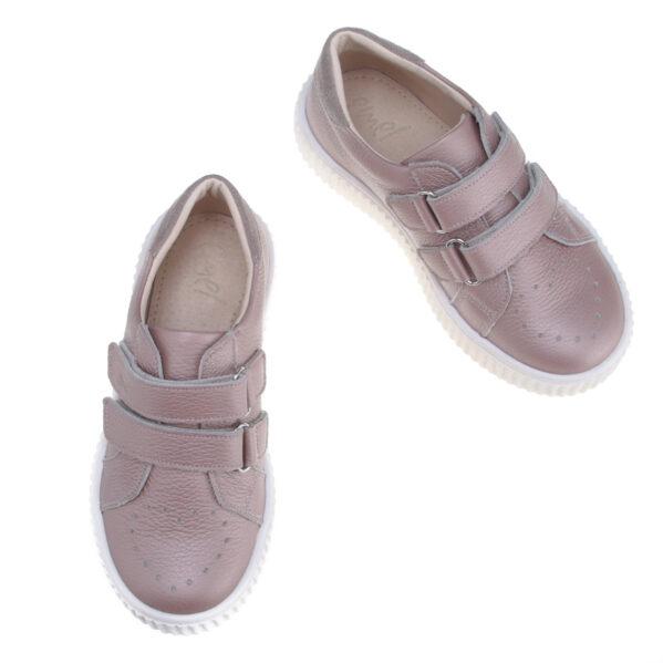 Supermodne, skórzane sneakersy dziecięce marki Emel. Buty Emel sa zapinane na dwa rzepy dla jeszcze lepszego dopasowania do tęgości dziecięcych stóp. Wykonane w 100% ręcznie z dbałością o każdy detal z najwyższej jakości skóry z atestami bez zawartości chromu i ołowiu oraz innych szkodliwych substancji - tak bezpieczne dla dziecka że można w nich chodzić bez skarpetek. Emelki cieszą się popularnością dzięki orginalnym i ciekawym wzorom oraz wysokiej jakości wykonaniem. Jak każde buciki dziecięce Emel te również mają usztywniony zapiętek, który zapobiega koślawieniu się stóp.