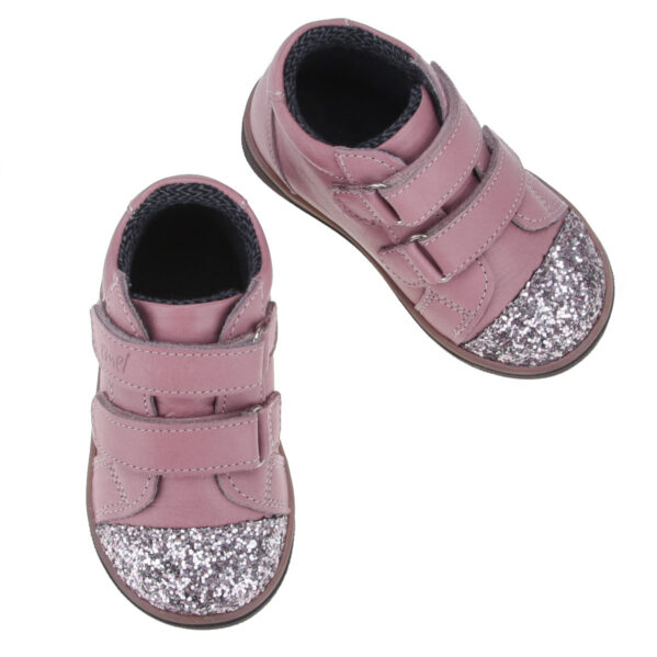EMEL buty dziecięce z membraną EX 2675-38. Wyjątkowe, kolorowe, zwracające uwagę, ręcznie robione trampki- z pewnością można tak o nich powiedzieć. Idealnie pasują na codzienne spacery i dlugie wycieczki. Zapięcie na mocne rzepy ułatwi regulację i prawidłowe dopasowanie bucików do stóp dziecka. Buty posiadaja membranę wodoodporną i lekkie ocieplenie.
