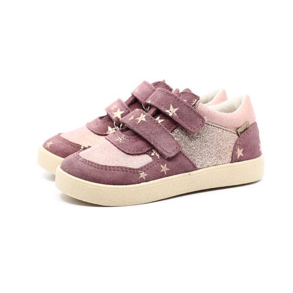 Rewelacyjne buty dla aktywnych dzieci. Nowy model COCO na lekkiej podeszwie. Buty dziecięce Mrugała COCO berry wyprodukowano ręcznie, ze skóry naturalnej licowej i welurowej wyprawianej bez użycia chromu i innych szkodliwych chemikaliów. Model COCO to skórzane trampki, sneakersy zapinane na dwa rzepy co pozwala na jeszcze lepsze dopasowanie do kazdej dziecięcej stopy. Buty Mrugała oprócz tego że są modne są również zdrowe i komfortowe dla dzieci - przy pięcie wszyto usztywniony zapiętek, który uchroni przed koślawieniem stóp. W środku butów znajdziemy profilowaną skórzaną wkładkę wykonaną z juchtu czyli ekologicznej skóry bydlęcej wyprawianej środkami roślinnymi. Wkładkę można wyciągnąć i zastąpić wkładką profilaktyczną. Buty Mrugała w całości uszyto ze skóry naturalnej bydlęcej najwyższej jakości. Elastyczna podeszwa butów wykonana jest z kauczuku termoplastycznego TR. Tworzywo to jest odporne na zużycie i ma bardzo dobre właściwości antypoślizgowe, chroni również przed niską temperaturą. Wygodne, elastyczne buty idealne dla małych dzieci chodzących do żłobka i przedszkola, będą odpowiednie dla dzieci które dopiero uczą się chodzić oraz tych starszych. Najlepsze buty dla małych, aktywnych dzieci!