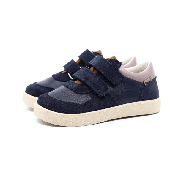 Rewelacyjne buty dla aktywnych dzieci. Nowy model COCO na lekkiej podeszwie. Buty dziecięce Mrugała COCO blu wyprodukowano ręcznie, ze skóry naturalnej licowej i welurowej wyprawianej bez użycia chromu i innych szkodliwych chemikaliów. Model COCO to skórzane trampki, sneakersy zapinane na dwa rzepy co pozwala na jeszcze lepsze dopasowanie do każdej dziecięcej stopy. Buty Mrugała oprócz tego że są modne są również zdrowe i komfortowe dla dzieci - przy pięcie wszyto usztywniony zapiętek, który uchroni przed koślawieniem stóp. W środku butów znajdziemy profilowaną skórzaną wkładkę wykonaną z juchtu czyli ekologicznej skóry bydlęcej wyprawianej środkami roślinnymi. Wkładkę można wyciągnąć i zastąpić wkładką profilaktyczną. Buty Mrugała w całości uszyto ze skóry naturalnej bydlęcej najwyższej jakości. Elastyczna podeszwa butów wykonana jest z kauczuku termoplastycznego TR. Tworzywo to jest odporne na zużycie i ma bardzo dobre właściwości antypoślizgowe, chroni również przed niską temperaturą. Wygodne, elastyczne buty idealne dla małych dzieci chodzących do żłobka i przedszkola, będą odpowiednie dla dzieci które dopiero uczą się chodzić oraz tych starszych. Najlepsze buty dla małych, aktywnych dzieci!