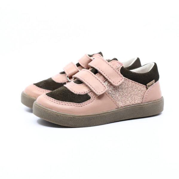 Rewelacyjne buty dla aktywnych dzieci. Nowy model COCO na lekkiej podeszwie. Buty dziecięce Mrugała COCO rosa wyprodukowano ręcznie, ze skóry naturalnej licowej i welurowej wyprawianej bez użycia chromu i innych szkodliwych chemikaliów. Model COCO to skórzane trampki, sneakersy zapinane na dwa rzepy co pozwala na jeszcze lepsze dopasowanie do każdej dziecięcej stopy. Buty Mrugała oprócz tego że są modne są również zdrowe i komfortowe dla dzieci - przy pięcie wszyto usztywniony zapiętek, który uchroni przed koślawieniem stóp. W środku butów znajdziemy profilowaną skórzaną wkładkę wykonaną z juchtu czyli ekologicznej skóry bydlęcej wyprawianej środkami roślinnymi. Wkładkę można wyciągnąć i zastąpić wkładką profilaktyczną. Buty Mrugała w całości uszyto ze skóry naturalnej bydlęcej najwyższej jakości. Elastyczna podeszwa butów wykonana jest z kauczuku termoplastycznego TR. Tworzywo to jest odporne na zużycie i ma bardzo dobre właściwości antypoślizgowe, chroni również przed niską temperaturą. Wygodne, elastyczne buty idealne dla małych dzieci chodzących do żłobka i przedszkola, będą odpowiednie dla dzieci które dopiero uczą się chodzić oraz tych starszych. Najlepsze buty dla małych, aktywnych dzieci!