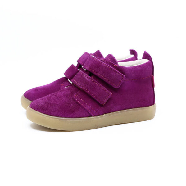 Trzewiki dziecięce Mrugała model BOBO fuchsia to buty dziecięce wykonane ręcznie, ze skóry naturalnej wyprawianej bez użycia chromu i innych szkodliwych chemikaliów. Regulacja tęgości dzięki zapięciu na dwa rzepy, dlatego buciki sprawdzą się dla dzieci z wysokim podbiciem oraz tych o chudej długiej stópce. Buty Mrugała oprócz tego że są modne są również zdrowe i komfortowe dla dzieci - przy pięcie wszyto usztywniony zapiętek, który uchroni przed koślawieniem stóp. W środku trzewików znajdziemy profilowaną skórzaną wkładkę wykonaną z juchtu czyli ekologicznej skóry bydlęcej wyprawianej środkami roślinnymi. Wkładkę można wyciągnąć i zastąpić wkładką profilaktyczną. Buty Mrugała w całości uszyto ze skóry naturalnej bydlęcej najwyższej jakości. Elastyczna podeszwa butów wykonana jest z kauczuku termoplastycznego TR. Tworzywo to jest odporne na zużycie i ma bardzo dobre właściwości antypoślizgowe, chroni również przed niską temperaturą. Wygodne, elastyczne buty idealne dla małych dzieci chodzących do żłobka i przedszkola, będą odpowiednie dla dzieci które dopiero uczą się chodzić oraz tych starszych. Najlepsze buty dla małych, aktywnych dzieci!
