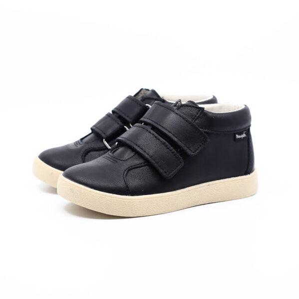 Trzewiki dziecięce Mrugała model MINI black to buty dziecięce wykonane ręcznie, ze skóry naturalnej licowej wyprawianej bez użycia chromu i innych szkodliwych chemikaliów. Regulacja tęgości dzięki zapięciu na dwa rzepy, dlatego buciki sprawdzą się dla dzieci z wysokim podbiciem oraz tych o chudej długiej stópce. Buty Mrugała oprócz tego że są modne są również zdrowe i komfortowe dla dzieci - przy pięcie wszyto usztywniony zapiętek, który uchroni przed koślawieniem stóp. W środku trzewików znajdziemy profilowaną skórzaną wkładkę wykonaną z juchtu czyli ekologicznej skóry bydlęcej wyprawianej środkami roślinnymi. Wkładkę można wyciągnąć i zastąpić wkładką profilaktyczną. Buty Mrugała w całości uszyto ze skóry naturalnej bydlęcej najwyższej jakości. Elastyczna podeszwa butów wykonana jest z kauczuku termoplastycznego TR. Tworzywo to jest odporne na zużycie i ma bardzo dobre właściwości antypoślizgowe, chroni również przed niską temperaturą.