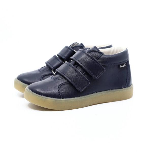 Trzewiki dziecięce Mrugała model MINI blu to buty dziecięce wykonane ręcznie, ze skóry naturalnej licowej wyprawianej bez użycia chromu i innych szkodliwych chemikaliów. Regulacja tęgości dzięki zapięciu na dwa rzepy, dlatego buciki sprawdzą się dla dzieci z wysokim podbiciem oraz tych o chudej długiej stópce. Buty Mrugała oprócz tego że są modne są również zdrowe i komfortowe dla dzieci - przy pięcie wszyto usztywniony zapiętek, który uchroni przed koślawieniem stóp. W środku trzewików znajdziemy profilowaną skórzaną wkładkę wykonaną z juchtu czyli ekologicznej skóry bydlęcej wyprawianej środkami roślinnymi. Wkładkę można wyciągnąć i zastąpić wkładką profilaktyczną. Buty Mrugała w całości uszyto ze skóry naturalnej bydlęcej najwyższej jakości. Elastyczna podeszwa butów wykonana jest z kauczuku termoplastycznego TR. Tworzywo to jest odporne na zużycie i ma bardzo dobre właściwości antypoślizgowe, chroni również przed niską temperaturą.