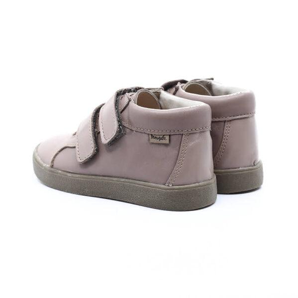 Trzewiki dziecięce Mrugała model MINI oak to buty dziecięce wykonane ręcznie, ze skóry naturalnej licowej wyprawianej bez użycia chromu i innych szkodliwych chemikaliów. Regulacja tęgości dzięki zapięciu na dwa rzepy, dlatego buciki sprawdzą się dla dzieci z wysokim podbiciem oraz tych o chudej długiej stópce. Buty Mrugała oprócz tego że są modne są również zdrowe i komfortowe dla dzieci - przy pięcie wszyto usztywniony zapiętek, który uchroni przed koślawieniem stóp. W środku trzewików znajdziemy profilowaną skórzaną wkładkę wykonaną z juchtu czyli ekologicznej skóry bydlęcej wyprawianej środkami roślinnymi. Wkładkę można wyciągnąć i zastąpić wkładką profilaktyczną. Buty Mrugała w całości uszyto ze skóry naturalnej bydlęcej najwyższej jakości. Elastyczna podeszwa butów wykonana jest z kauczuku termoplastycznego TR. Tworzywo to jest odporne na zużycie i ma bardzo dobre właściwości antypoślizgowe, chroni również przed niską temperaturą.