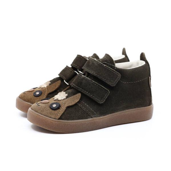 Ukochane przez dzieci i rodziców buciki zwierzaki. Trzewiki dziecięce Mrugała model SUZIE alpaca khaki to buty dziecięce wykonane ręcznie, ze skóry naturalnej wyprawianej bez użycia chromu i innych szkodliwych chemikaliów. Regulacja tęgości dzięki zapięciu na dwa rzepy, dlatego buciki sprawdzą się dla dzieci z wysokim podbiciem oraz tych o chudej długiej stópce. Buty Mrugała oprócz tego że są modne są również zdrowe i komfortowe dla dzieci - przy pięcie wszyto usztywniony zapiętek, który uchroni przed koślawieniem stóp. W środku trzewików znajdziemy profilowaną skórzaną wkładkę wykonaną z juchtu czyli ekologicznej skóry bydlęcej wyprawianej środkami roślinnymi. Wkładkę można wyciągnąć i zastąpić wkładką profilaktyczną. Obuwie dziecięce Mrugała w całości uszyto ze skóry naturalnej bydlęcej najwyższej jakości. Elastyczna podeszwa butów wykonana jest z kauczuku termoplastycznego TR. Tworzywo to jest odporne na zużycie i ma bardzo dobre właściwości antypoślizgowe, chroni również przed niską temperaturą. Wygodne, elastyczne buty idealne dla małych dzieci chodzących do żłobka i przedszkola, będą odpowiednie dla dzieci które dopiero uczą się chodzić oraz tych starszych. Najlepsze buty dla małych, aktywnych dzieci!