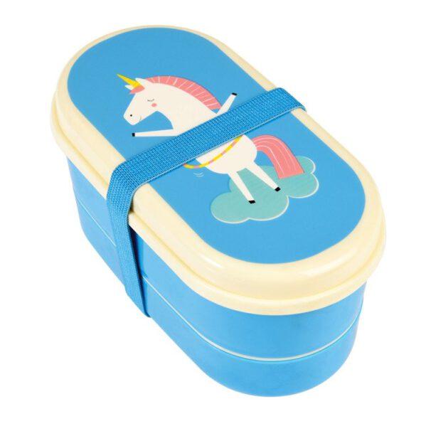 Lunchbox wystylizowany na japońskie Bento. Bento to nic innego jak różnorodny, zdrowy posiłek (np. drugie śniadanie, lunchbox, obiad) który można zabrać ze sobą w specjalnym pudełku, dzięki czemu można go zjesć w każdym miejscu. Pudełko Bento od Rex London posiada 2 oddzielne pojemniki na jedzenie z przegródkami, pokrywki do pudełek, łyżkę i widelec oraz elastyczny pasek spinający pudełka. Ten rodzaj lunchboxa bedzie idealny dla dzieci idacych do przedszkola i szkoły. Będzie odpowieni na wyjazd oraz wycieczkę szkolną.