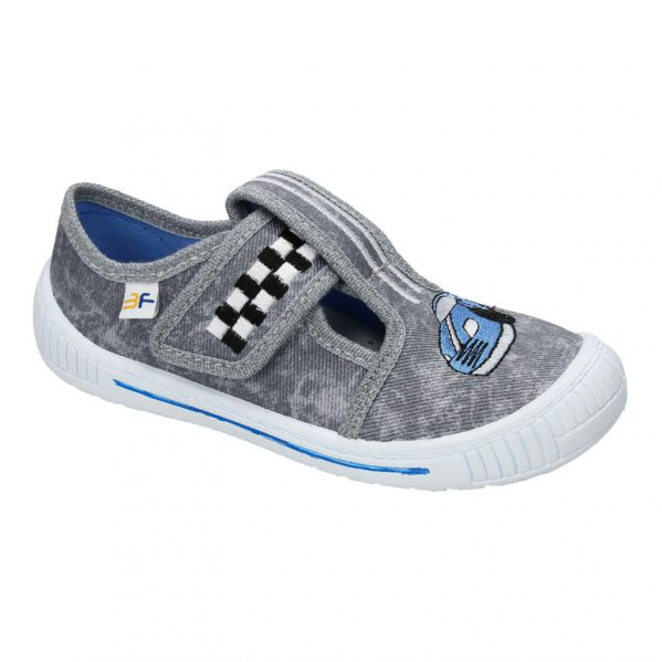 Kapcie przedszkolne z aplikacją w samochód WYŚCIGOWYposiadają antypoślizgową, elastyczną podeszwę oraz usztywnioną piętkę. Wkładka butów wykonana jest ze skóry naturalnej. Zapięcie na rzep – łatwe w samodzielnym ubieraniu! Idealne jako obuwie zmienne do przedszkola i żłobka oraz jako kapcie do chodzenia po domu. Obuwie dziecięce firmy 3F posiada certyfikat ZDROWEJ STOPY przyznawany przez Instytut Przemysłu Skórzanego w Krakowie.