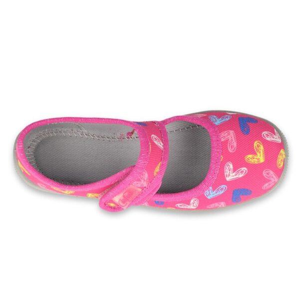Aktywni, poznający nowe miejsca i zabawy przedszkolacy szczególnie potrzebują wygodnego i zdrowego obuwia zamiennego. Mogą je dopasować za pomocą rzepa, a także przez to łatwiej je założyć. Dziewczęca kolorystyka i wzór w serca przypadną do gustu każdej małej dziewczynce. W środkuzastosowano miękką wyściółkę Soft-B.