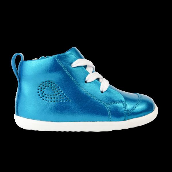BOBUX buty dziecięce Step Up rozm. 20-22 - ALLEY-OOP PEACOCK METALLIC Seria Step up została zaprojektowana specjalnie dla dzieci uczących się chodzić, które przemieszczają się w pionie. Alley-Oop to sznurowany but inspirowany koszykówką. Wyposażony jest w regulowane sznurowadła i boczny suwak. Podwójne otwarcie sprawia, że ten but jest bardzo wygodny, a metaliczne kolory są po prostu zachwycające. Ręcznie szyte z dbałością o każdy detal oraz wykonane z najwyższej jakości naturalnej skóry oraz bawełny, do tego miękkie i wygodne - oto prawdziwe klasyczne Bobuxy.