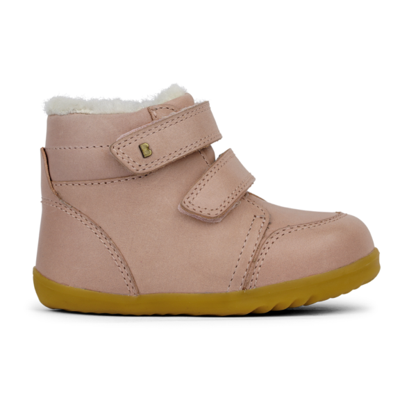 BOBUX buty dziecięce Step Up rozm. 21-22 - TIMBER ARCTIC DUSK Seria Step up została zaprojektowana specjalnie dla dzieci uczących się chodzić, które przemieszczają się w pionie. NOWOŚĆ!Bobux Timber Arctic -WODOODPORNY, ocieplonyWEŁNĄ MERYNOSA. BobuxTIMBER Arcticto idealny but na zimę: zastosowanie ocieplenia z wełny merynosa (również na wkładce) świetnie odprowadza wilgoć i zapewnia ciepło w najzimniejsze dni, wewnętrzna wodoodporna membrana chroni stopy przed wilgocią z zewnątrz, podwójne rzepy zapewniają możliwość regulacji idealnego dopasowania. Ręcznie szyte z dbałością o każdy detal oraz wykonane z najwyższej jakości naturalnej skóry - otoprawdziwe klasyczne Bobuxy. Do ocieplenia butów zastosowanonaturalną wełnę z merynosów, która doskonale izoluje, nie gryzie oraz jest materiałem oddychającym - że but doskonalesprawdzi się zimą.