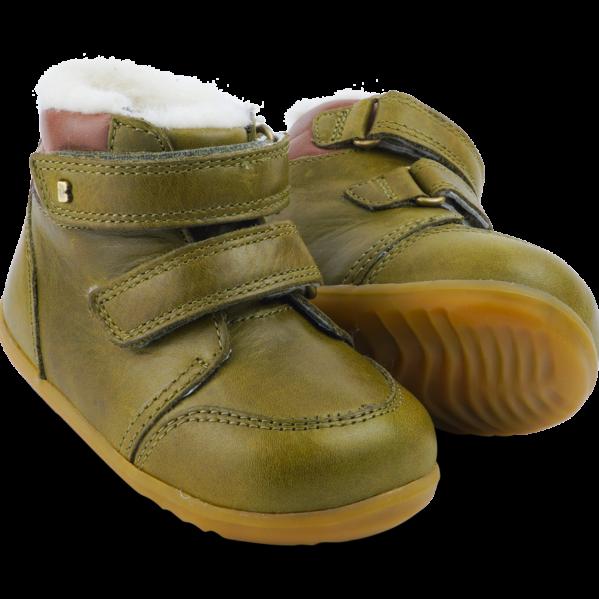 BOBUX buty dziecięce Step Up rozm. 21-22 - TIMBER ARCTIC OLIVE. Seria Step up została zaprojektowana specjalnie dla dzieci uczących się chodzić, które przemieszczają się w pionie.NOWOŚĆ!Bobux Timber Arctic -WODOODPORNY, ocieplonyWEŁNĄ MERYNOSA. BobuxTIMBER Arcticto idealny but na zimę:zastosowanie ocieplenia z wełny merynosa (również na wkładce) świetnie odprowadza wilgoć i zapewnia ciepło w najzimniejsze dni,wewnętrzna wodoodporna membrana chroni stopy przed wilgocią z zewnątrz,podwójne rzepy zapewniają możliwość regulacji idealnego dopasowania. Ręcznie szyte z dbałością o każdy detal oraz wykonane z najwyższej jakości naturalnej skóry - otoprawdziwe klasyczne Bobuxy. Do ocieplenia butów zastosowanonaturalną wełnę z merynosów, która doskonale izoluje, nie gryzie oraz jest materiałem oddychającym - że but doskonalesprawdzi się zimą