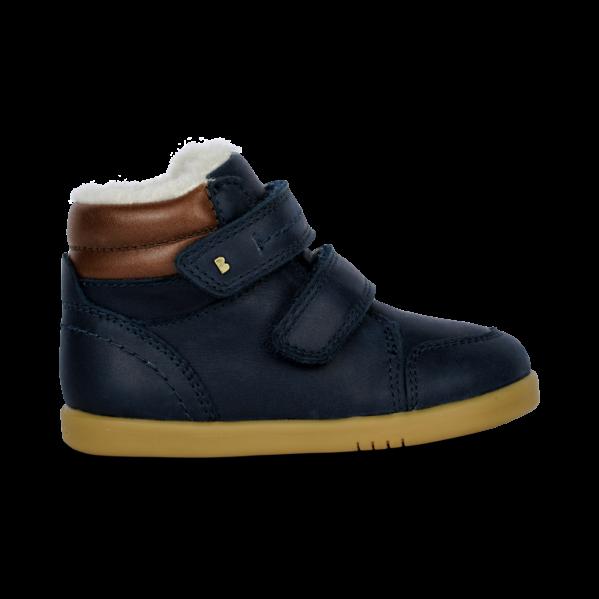 BOBUX buty dziecięce I WALK rozm. 22-26 - TIMBER ARCTIC. Serię I Walk zaprojektowano specjalnie z myślą o dzieciach które potrafią już dobrze chodzić.NOWOŚĆ!Bobux Timber Arctic -WODOODPORNY, ocieplonyWEŁNĄ MERYNOSA. BobuxTIMBER Arcticto idealny but na zimę: zastosowanie ocieplenia z wełny merynosa (również na wkładce) świetnie odprowadza wilgoć i zapewnia ciepło w najzimniejsze dni, wewnętrzna wodoodporna membrana chroni stopy przed wilgocią z zewnątrz,podwójne rzepy zapewniają możliwość regulacji idealnego dopasowania. Ręcznie szyte z dbałością o każdy detal oraz wykonane z najwyższej jakości naturalnej skóry - otoprawdziwe klasyczne Bobuxy. Do ocieplenia butów zastosowanonaturalną wełnę z merynosów, która doskonale izoluje, nie gryzie oraz jest materiałem oddychającym - że but doskonalesprawdzi się zimą.