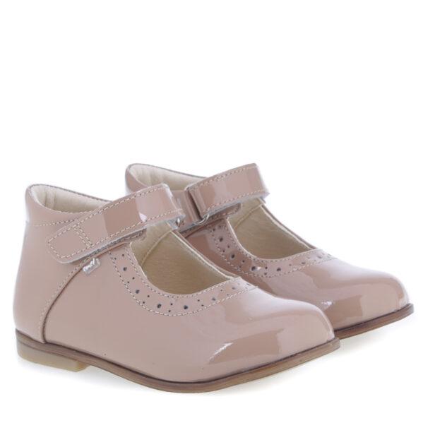 Baleriny dziecięce Emel z kolekcji Roczki to idealne buty na wiosenne spacery, a to za sprawą ich lekkości i przewiewności. Zapięcie na rzep ułatwia regulację i prawidłowe dopasowanie bucików do stópek. Jak wszystkie buciki Emel tak i te wykonane są ze skóry naturalnej, która nie powoduje otarć. Efektowne przeszycia dodają niezwykłego uroku. Balerinki sprawdzą się zarówno na codzień jak i na większe wyjścia.