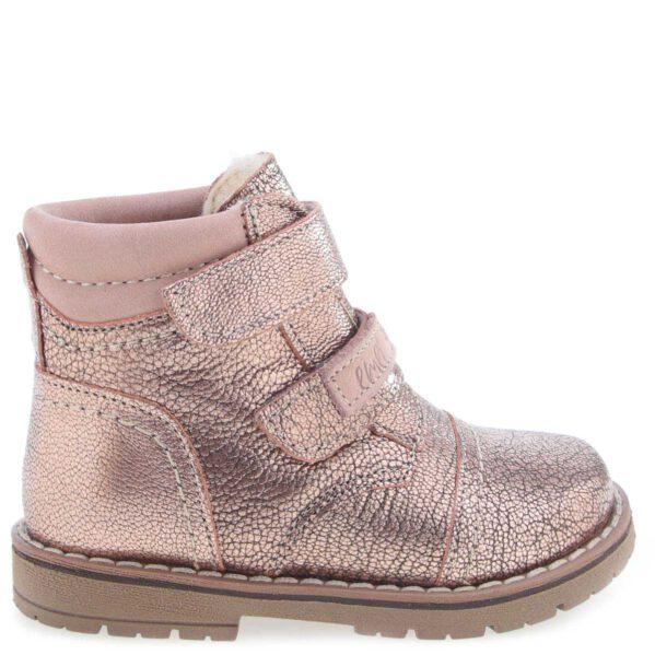 Te buty są idealne dla dzieci chodzących do przedszkola i żłobka, które chcą się samodzielnie ubrać, a dzięki dwóm rzepom zrobią to bez problemu. Traperki uszyto są ze skóry naturalnej. Wnętrze buta wypełnia wełna naturalna, która zapewnia termoizolację i sprawia że bucik może być noszony w temperaturach od -15 do +10 stopni. Ocieplina została wzbogacona o membranę WATERPROOF, która jest wodoszczelna, wiatroszczelna oraz charakteryzuje się wysoką oddychalnością. Te buciki są odporne na wpływ czynników zewnętrznych oraz zapewniają doskonałe warunki wewnątrz - nie ma potrzeby ubierania do nich grubych skarpetek. Stopy w nich nie zmarzną i nie przemokną.
