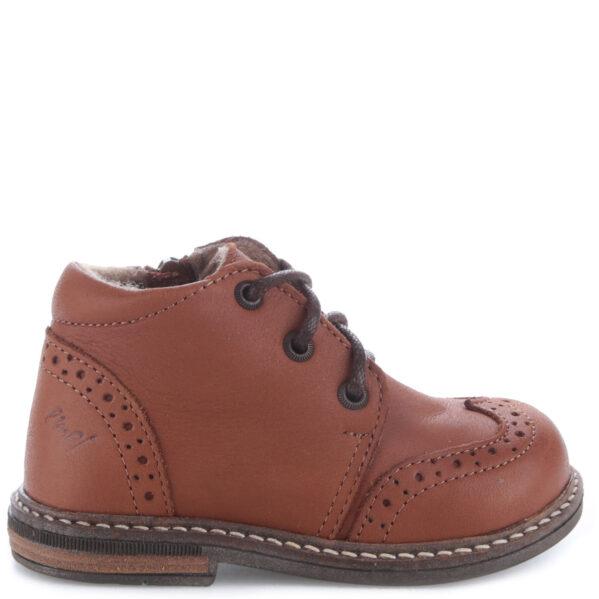Oto przejściowe trzewiki - idealne na jesień jak również na wczesną zimę. Te buty dla dzieci firmy Emel wykonane są w całości ze skóry naturalnej, która zapewnia dobrą wentylację oraz nie powoduje otarć na stópce dziecka. Dodatkowym atutem jestpodwójny sposób zapinania, poprzez zamek błyskawiczny oraz sznurówkę, które dają możliwość regulacji oraz prawidłowego dopasowania bucika do stopy dziecka. W nich spacery po szeleszczących liściach, jesiennych kałużach a nawet po pierwszym śniegu są czystą przyjemnością! Trzewik posiada membranę WATERPROOF i ocieplinę. Ten bucik to idealne obuwie dziecięce na jesień i pierwsze zimowe dni. Stopy w nich nie zmarzną i nie przemokną.