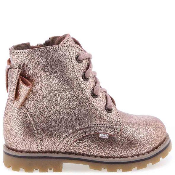 EMEL buty dziecięce ocieplane kocykiem EY 2697B-2 wzbogacone o membranę WATERPROOF Nowy model traperków dziecięcych w rockowym stylu.Zapięcie na zamek od strony wewnętrznej oraz sznurowadła ułatwią dopasowanie obuwia do stóp. Te buty są idealne dla dzieci chodzących do przedszkola i żłobka. Traperki uszyto są ze skóry naturalnej. Wnętrze buta obszyte jest polarowym kocem (ocieplina), który zapewnia termoizolację i sprawia że bucik może być noszony w temperaturach od -5 do +15 stopni. Ocieplina została wzbogacona o membranę WATERPROOF, która jest wodoszczelna, wiatroszczelna oraz charakteryzuje się wysoką oddychalnością. Te buciki są odporne na wpływ czynników zewnętrznych oraz zapewniają doskonałe warunki wewnątrz - nie ma potrzeby ubierania do nich grubych skarpetek. Stopy w nich nie zmarzną i nie przemokną.