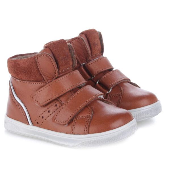 EMEL buty dziecięce ocieplane kocykiem EY 2729A-7 wzbogacone o membranę WATERPROOF Przy wzmożonej aktywności niezbędne jest, by buciki były prawidłowo dopasowane, a stopa stabilna. W tym modelu zastosowano 2 rzepy, a więc szybko i wygodnie! Te buty są idealne dla dzieci chodzących do przedszkola i żłobka. Traperki uszyto są ze skóry naturalnej. Wnętrze buta obszyte jest polarowym kocem (ocieplina), który zapewnia termoizolację i sprawia że bucik może być noszony w temperaturach od -5 do +15 stopni. Ocieplina została wzbogacona o membranę WATERPROOF, która jest wodoszczelna, wiatroszczelna oraz charakteryzuje się wysoką oddychalnością. Te buciki są odporne na wpływ czynników zewnętrznych oraz zapewniają doskonałe warunki wewnątrz - nie ma potrzeby ubierania do nich grubych skarpetek. Stopy w nich nie zmarzną i nie przemokną.