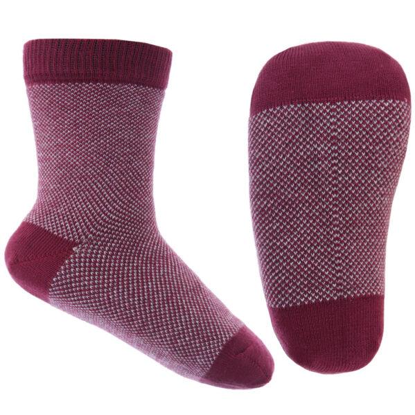 Coś wyjątkowego dla Najmłodszych - żakardowy wzór w pięknym stonowanym kolorze. Skarpeki na jesień i zimę dla chłopca i dziewczynki. Must have w szafie każdego maluszka. Przyjemna w dotyku bawełna sprawi, że ich noszene będzie przyjemne i komfortowe. Cechą szczególną jest wzmocniona i widocznie zaznaczona pięta i palce. Skarpetki mają elastyczne wzmocnienie wokół kostek dzięki czemu nie zsuną się z dziecięcych stóp.