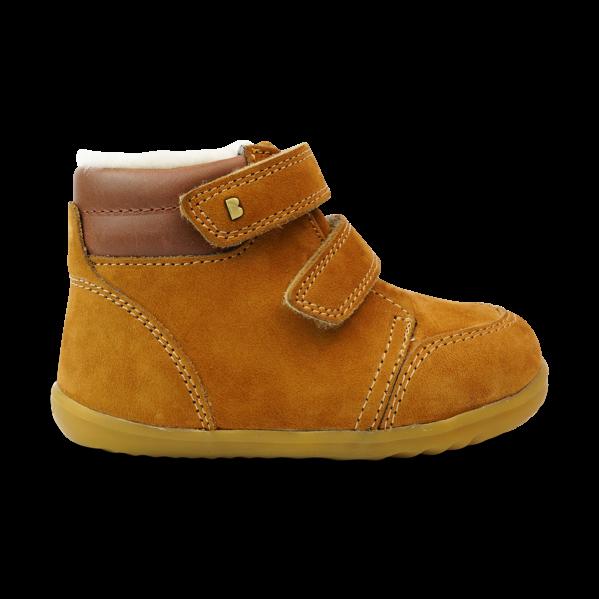 BOBUX buty dziecięce Step Up rozm. 21-22 - TIMBER ARCTIC. Seria Step up została zaprojektowana specjalnie dla dzieci uczących się chodzić, które przemieszczają się w pionie.NOWOŚĆ!Bobux Timber Arctic -WODOODPORNY, ocieplonyWEŁNĄ MERYNOSA. BobuxTIMBER Arcticto idealny but na zimę:zastosowanie ocieplenia z wełny merynosa (również na wkładce) świetnie odprowadza wilgoć i zapewnia ciepło w najzimniejsze dni,wewnętrzna wodoodporna membrana chroni stopy przed wilgocią z zewnątrz,podwójne rzepy zapewniają możliwość regulacji idealnego dopasowania. Ręcznie szyte z dbałością o każdy detal oraz wykonane z najwyższej jakości naturalnej skóry - otoprawdziwe klasyczne Bobuxy. Do ocieplenia butów zastosowanonaturalną wełnę z merynosów, która doskonale izoluje, nie gryzie oraz jest materiałem oddychającym - że but doskonalesprawdzi się zimą