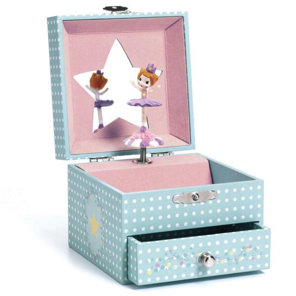 """Urocza szkatułka z pozytywką - pięknie zaprojektowane muzyczne pudełko na biżuterię z szufladką. Na wierzchu motyw tańczącej BALERINY, wewnątrz lusterko i figurka BALERINY, która kręci się grając melodyjkę. Pozytywka uruchamia się po otwarciu wieczka. Śliczna ozdoba do dziecięcego pokoju. Melodia pozytywki: CARL MARIA von WEBER """"Zaproszenie do tańca""""."""