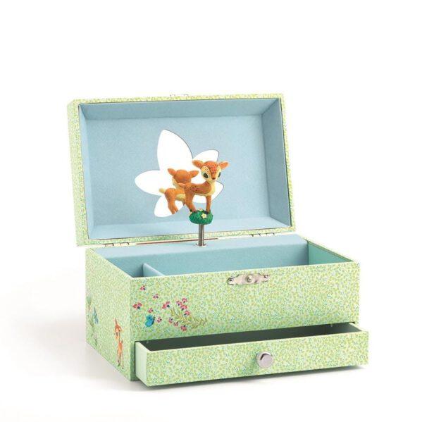 """Urocza szkatułka z pozytywką - pięknie zaprojektowane muzyczne pudełko na biżuterię z szufladką. Na wierzchu motyw JELONKA i kwiatów, wewnątrz lusterko i figurka małego JELONKA, która kręci się grając melodyjkę. Pozytywka uruchamia się po otwaciu wieczka. Śliczna ozdoba do dziecięcego pokoju. Melodia pozytywki JOHANN STRAUSS """"Opowieści z lasów wiedeńskich""""."""