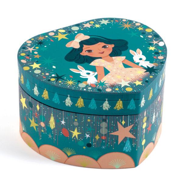 """Drewniana szkatułka z pozytywką - pięknie zaprojektowane muzyczne pudełko na biżuterię w kształcie serca. Wewnątrz szkatułki znajduje się lusterko i figurka , która obraca się w takt grającej melodii. Pozytywka uruchamia się po otwaciu szkatułki i nakręceniu mechanizmu. Śliczna ozdoba do dziecięcego pokoju. Melodia pozytywki:Johann Strauss """"Opowieści z wiedeńskiego las""""."""