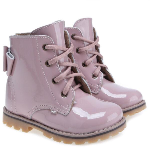 Nowy model traperków dziecięcych w z uroczą kokardką i zadziornym charakterem. Zapięcie na zamek od strony wewnętrznej oraz sznurowadła ułatwią dopasowanie obuwia do stóp. Te buty są idealne dla dzieci chodzących do przedszkola i żłobka. Traperki uszyto są ze skóry naturalnej. Wnętrze buta obszyte jest polarowym kocem (ocieplina), który zapewnia termoizolację i sprawia że bucik może być noszony w temperaturach od -5 do +15 stopni. Ocieplina została wzbogacona o membranę WATERPROOF, która jest wodoszczelna, wiatroszczelna oraz charakteryzuje się wysoką oddychalnością. Te buciki są odporne na wpływ czynników zewnętrznych oraz zapewniają doskonałe warunki wewnątrz - nie ma potrzeby ubierania do nich grubych skarpetek. Stopy w nich nie zmarzną i nie przemokną.