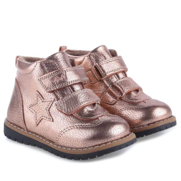 Traperki zapinane na dwa rzepy - te buty są idealne dla dzieci chodzących do przedszkola i żłobka. Buty Emel w całości uszyte są ze skóry naturalnej. Wnętrze buta obszyte jest polarowym kocem (ocieplina), który zapewnia termoizolację i sprawia że bucik może być noszony w temperaturach od -5 do +15 stopni. Ocieplina została wzbogacona o membranę WATERPROOF, która jest wodoszczelna, wiatroszczelna oraz charakteryzuje się wysoką oddychalnością. Te buciki są odporne na wpływ czynników zewnętrznych oraz zapewniają doskonałe warunki wewnątrz - nie ma potrzeby ubierania do nich grubych skarpetek. Stopy w nich nie zmarzną i nie przemokną.