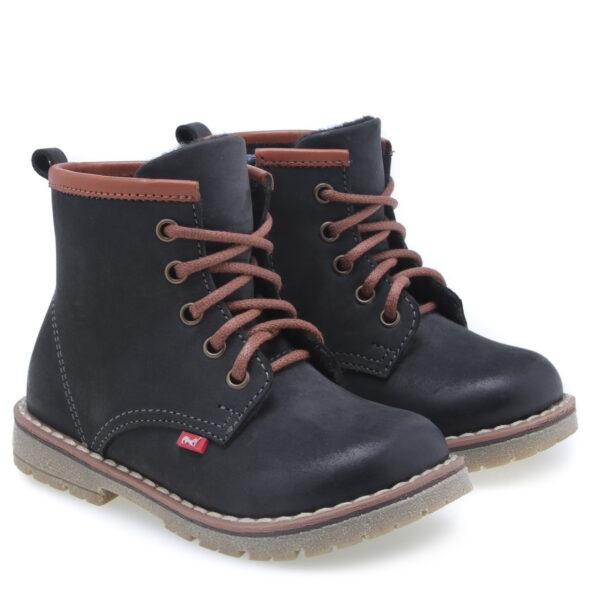 Nowość w ofercie manufaktury Emel - trzewiki w stylu martensów. Zapięcie na zamek od strony wewnętrznej oraz sznurowadła ułatwią dopasowanie obuwia do stóp. Te buty są idealne dla dzieci chodzących do przedszkola i żłobka. Traperki uszyto są ze skóry naturalnej. Wnętrze buta obszyte jest polarowym kocem (ocieplina), który zapewnia termoizolację i sprawia że bucik może być noszony w temperaturach od -5 do +15 stopni. Ocieplina została wzbogacona o membranę WATERPROOF, która jest wodoszczelna, wiatroszczelna oraz charakteryzuje się wysoką oddychalnością. Te buciki są odporne na wpływ czynników zewnętrznych oraz zapewniają doskonałe warunki wewnątrz - nie ma potrzeby ubierania do nich grubych skarpetek. Stopy w nich nie zmarzną i nie przemokną.