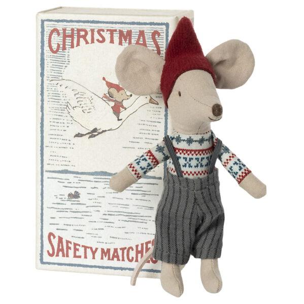 Święta tuż, tuż więc to najwyższy czas na świąteczną kolekcje od MAILEG. Starszy brat tym razem w bożonarodzeniowej odsłonie jako świąteczny skrzat roztacza magię gdziekolwiek się znajdzie. Może być pomocnikiem Mikołaja, posłańcem Gwiazdki lub najzwyczajniej małym skrzatem i powiernikiem najskrytszych świątecznych marzeń każdego dziecka. Ten świąteczny, mysi skrzat będzie przepięknym prezentem dla dziecka (ale nie tylko). Świąteczna myszka mieszka w pięknym pudełku po zapałkach, w którym śpi w miękkiej pościeli. Idealnie pasuje do domku z piernika Maileg i całej reszty rodziny Maileg.