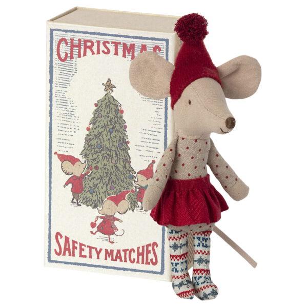 Święta tuż, tuż więc to najwyższy czas na świąteczną kolekcje od MAILEG. Starsza siostra tym razem w bożonarodzeniowej odsłonie jako świąteczny skrzat roztacza magię gdziekolwiek się znajdzie. Może być pomocnikiem Mikołaja, posłańcem Gwiazdki lub najzwyczajniej małym skrzatem i powiernikiem najskrytszych świątecznych marzeń każdego dziecka. Ten świąteczny, mysi skrzat będzie przepięknym prezentem dla dziecka (ale nie tylko). Świąteczna myszka mieszka w pięknym pudełku po zapałkach, w którym śpi w miękkiej pościeli. Idealnie pasuje do domku z piernika Maileg i całej reszty rodziny Maileg.