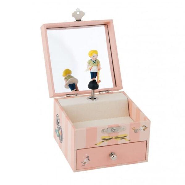 Szkatułka z pozytywką z serii Les Parisiennes od marki Moulin Roty Urocza pozytwyka na biżuterię Les Parisiennes. Pozytywka z wirującą dziewczynką trzymającą deskorolkę pod pachą. Miękki, ale radosny dźwięk pozytywki ukoi twoje dziecko przed snem. W pudełeczku można przechowywać biżuterię i skarby dziecięce.