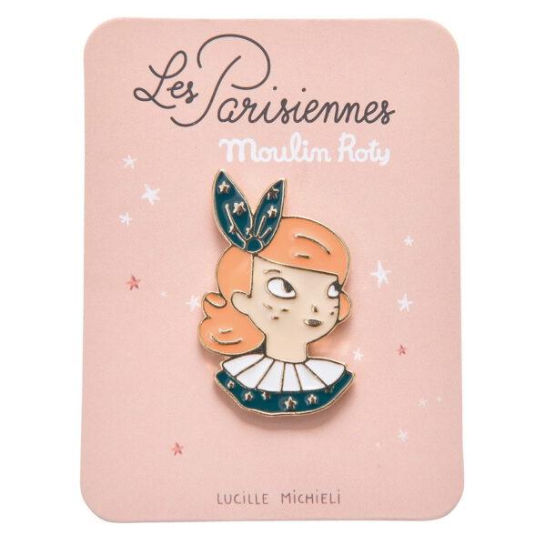 Przypinka Les Parisiennes doda modny wygląd strojowi lub torbie. Wizerunek Constance zilustrowany przez Lucille Michieli to wymyślny dodatek zarówno dla dzieci, jak i dorosłych.
